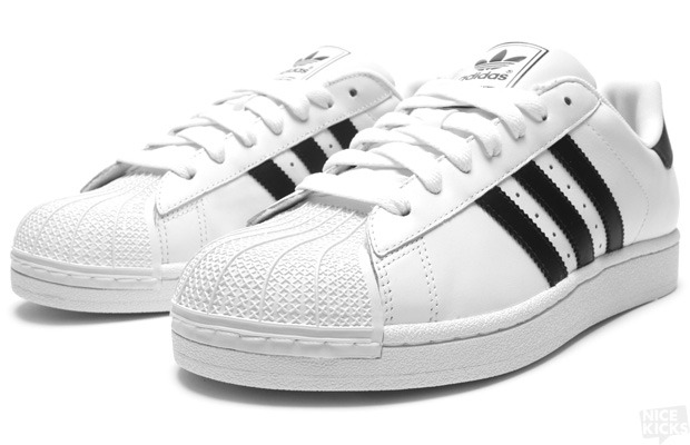 black and white adidas superstar 2